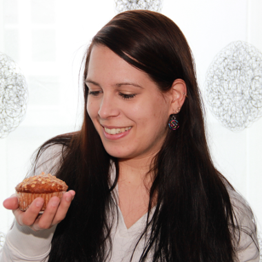 Portait: Elke Aigner mit Vollkornmuffin